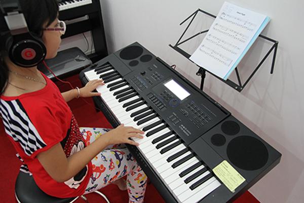 Kết quả hình ảnh cho tư thế đúng khi chơi đàn organ]