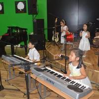 Học viên lớp piano trẻ em làm quen với sân khấu