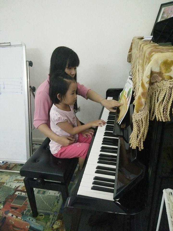 Trẻ học đàn piano