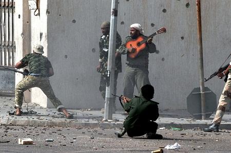 Một người chơi ghita vô danh trên đường phố thành phố Sirte trong cuộc nội chiến  ở Libya.